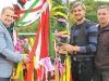 Bürgermeister schlägt Nagel in Balken - Richtkranz weht über neuer Zweifachsporthalle