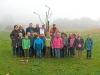 Beginn der Umweltwoche: Grundschüler pflanzen ein Apfelbäumchen