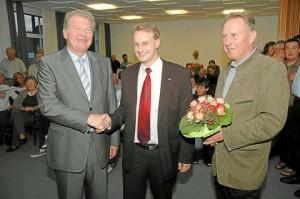Stefan Streit (Mitte) ist Bürgermeister von Tecklenburg. Einer der ersten Gratulanten war gestern Abend Wilfried Brönstrup. SPD-Fraktionssprecher Lothar Golde (rechts) überreichte im vollkommen überfüllten Rathaussaal Blumen.